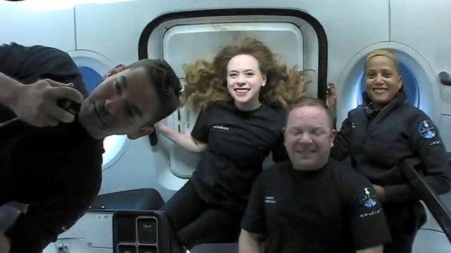 На фото слева направо: Джаред Айзекман, Сиан Проктор, Хейли Арсено, Крис Семброски в первый день космического полета 17 сентября