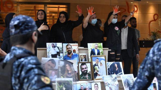 أقارب ضحايا انفجار مرفأ بيروت يتجمعون أمام منزل وزير الداخلية اللبناني محمد فهمي خلال احتجاج للمطالبة بإجراء عادل للتحقيق