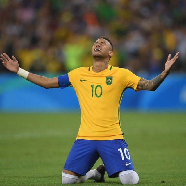 Neymar celebra un gol.