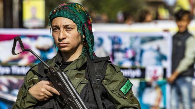 Un miembro de la Fuerza de Seguridad Interna Kurda hace guardia durante una protesta contra el asalto turco en el noreste de Siria