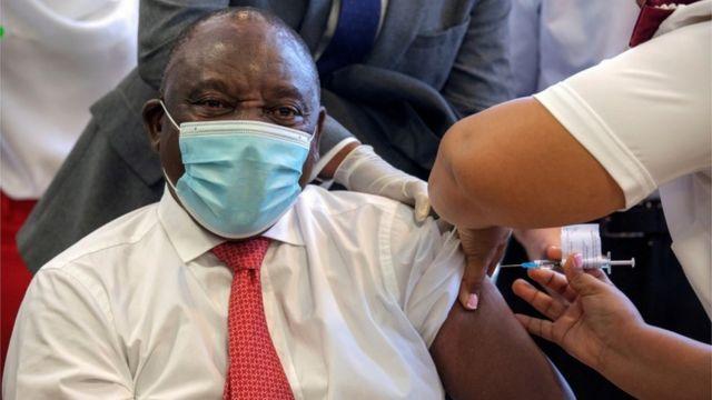 رئيس جنوب أفريقيا، سيريل رامافوزا، يتلقى لقاح جونسون آند جونسون في كيب تاون