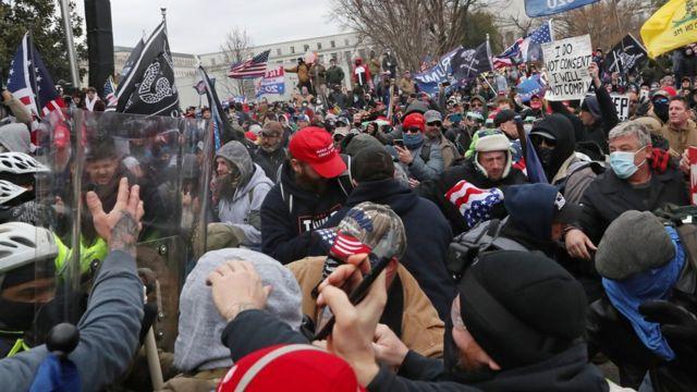 Una muchedumbre se agolpa contra las fuerzas de seguridad en las inmediaciones del Capitolio en Washington