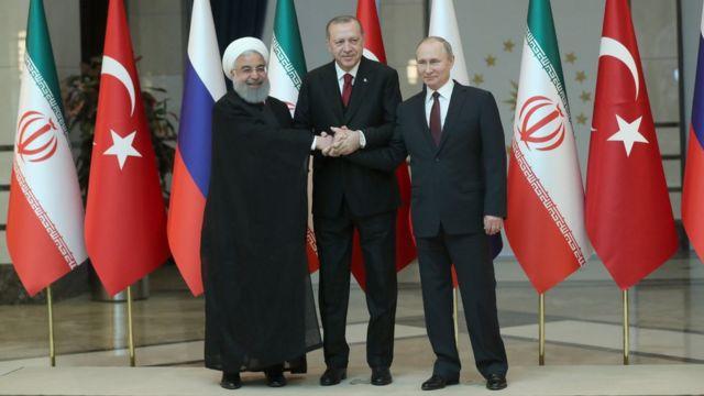 الرئيس التركي رجب طيب أردوغان مع نظيريه الروسي فيلاديمير بوتين والإيراني حسن روحاني في أنقرة.