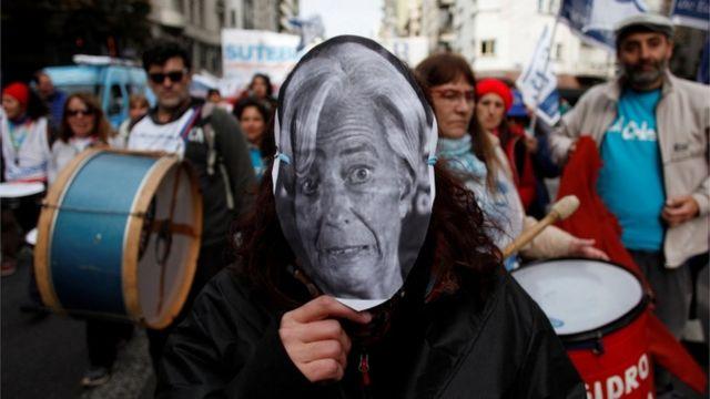 Manifestación de docentes en Buenos Aires. Uno de ellos lleva una máscara de Christine Lagarde.