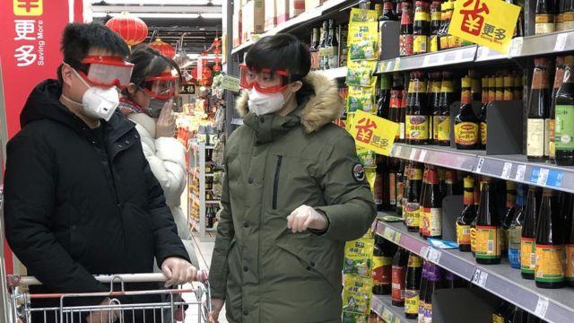 personas en el supermercado con mascarillas, lentes y guantes para evitar el contagio.