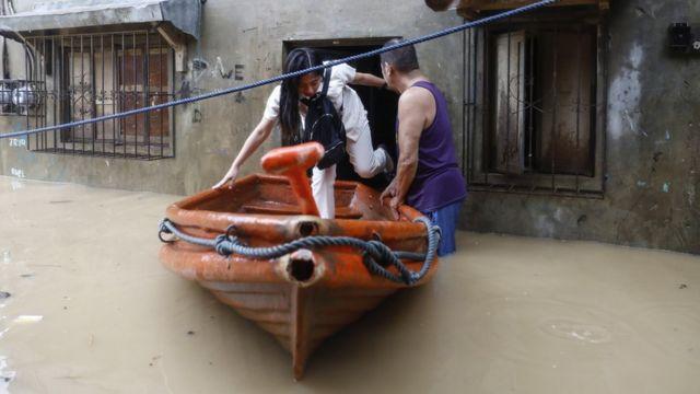 Эвакуация на лодке в Сан-Матео, провинция Рисаль.