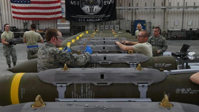 Especialistas en municiones en la base de Al Udeid.