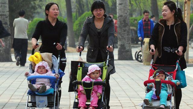 北京媽媽們帶小孩散步