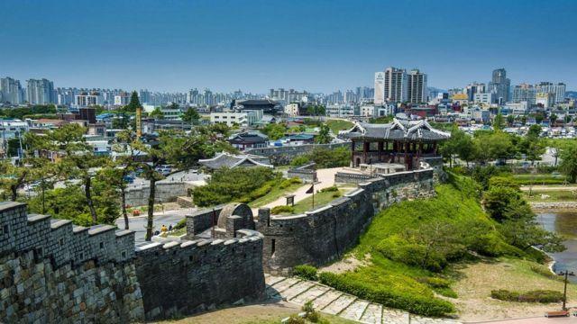 Автор статьи работала учителем английского языка в южнокорейском Сувоне, крупнейшем городе провинции Кёнгидо, население около 1,2 млн человек