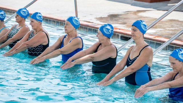 Mujeres mayores en una piscina.