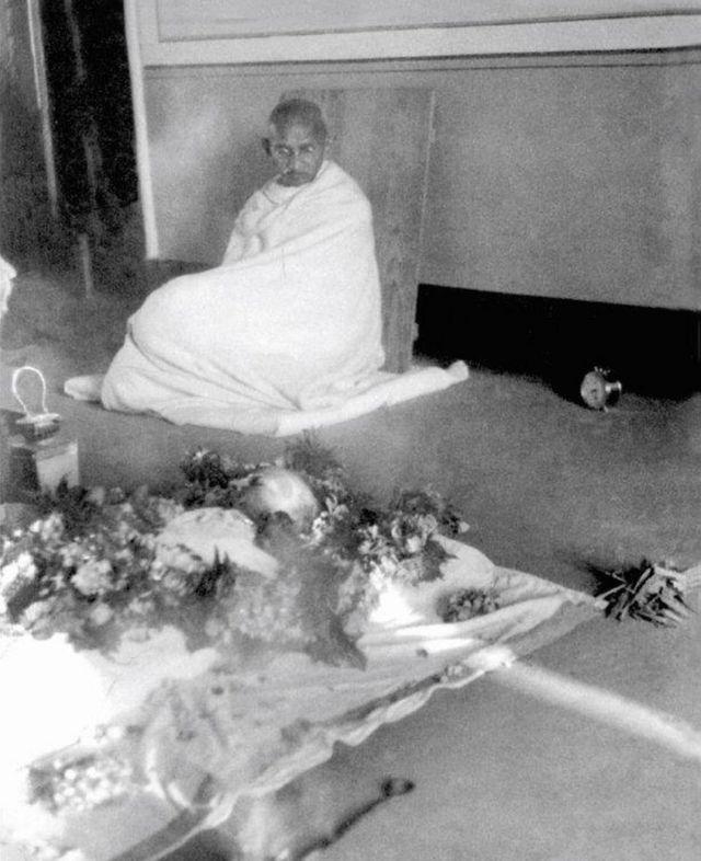 కస్తూర్బా పార్థివ దేహం దగ్గర బాపూజీ