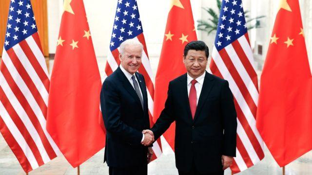 习近平(右)与时任美国副总统拜登(左)于北京人民大会堂握手(4/12/2013)