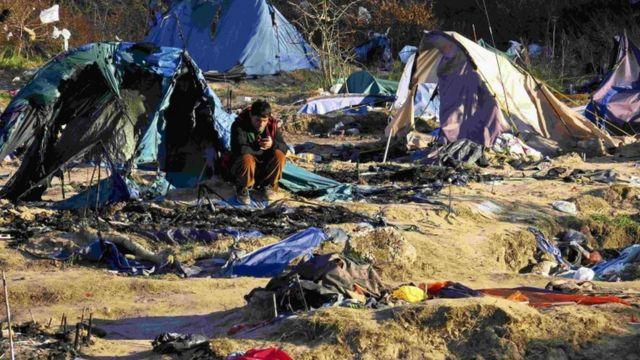 英仏海峡に面する仏カレーの「ジャングル」と呼ばれる移民キャンプ