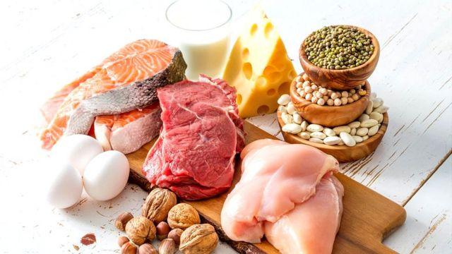 Bodegón de alimentos: pollo, carne, frutos secos, legumbres, huevo y pescado.