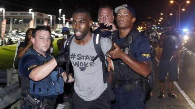 """В городе Батон-Руж в Луизиане полиция арестовала одного из лидеров движения """"Black Lives Matter"""" (""""Черные жизни важны"""") Дерэя Маккессона"""