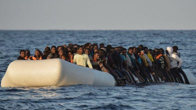 リビア沖で救助されたゴムボートに乗った移民希望者たち(今月3日)