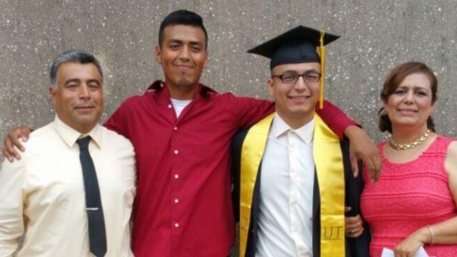 Juan Martínez junto a sus padres, de origen mexicano, y su hermano, quien también es beneficiario de DACA.