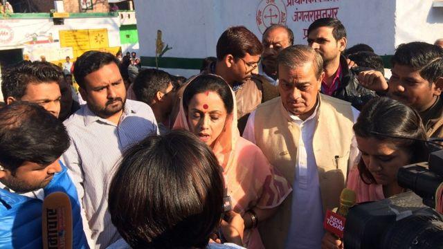 कांग्रेस उम्मीदवार अमीता अपने पति संजय सिंह के साथ