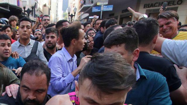 Confusão e expressão de dor de Bolsonaro após ataque em rua de Juiz de Fora