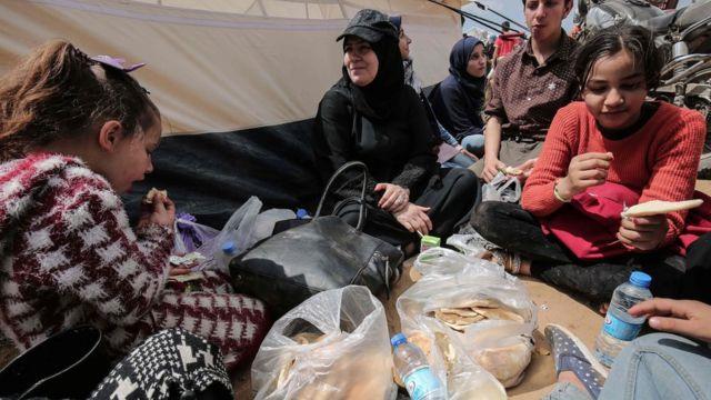 Женщины и дети в палаточном лагере