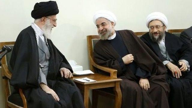 از راست صادق لاریجانی، حسن روحانی و آیت الله علی خامنهای. ریاست جمهوری می گوید نقشی در تشکیل شورای هماهنگی سران سه قوه و دادگاه مفاسد اقتصادی نداشته