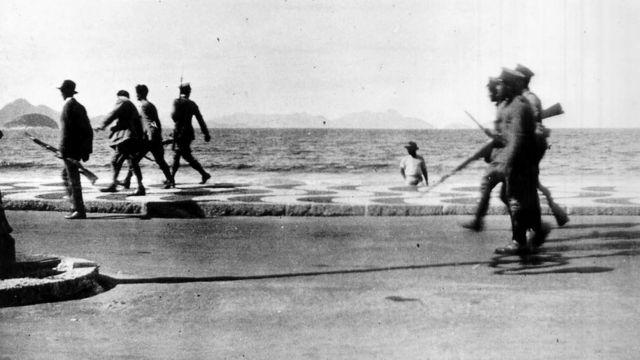 Revoltosos do Forte de Copacabana marcham pela Avenida Atlântica, de encontro às tropas legalistas/ Data de produção: 6 de julho de 1922