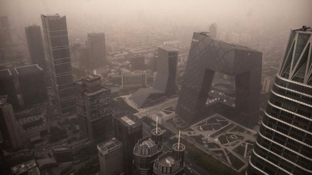 被沙塵暴籠罩的北京街道