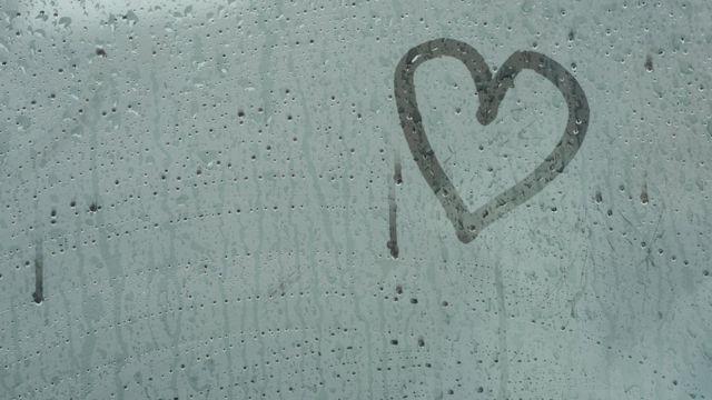 vidrio empañado con corazón dibujado