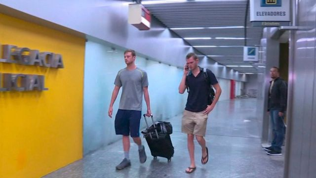 Conger e Bentz foram levados a um posto da polícia no aeroporto e liberados após algumas horas