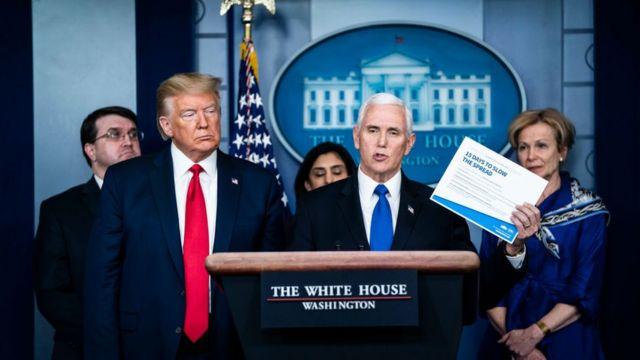 Perezida Donald Trump (ibumoso) na Visi Perezida Mike Pence n'abandi bagize itsinda ryo kurwanya icyorezo cya coronavirus muri Amerika, mu kiganiro n'abanyamakuru ejo