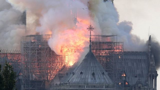 Catedral de Notre-Dame tomada pelo fogo