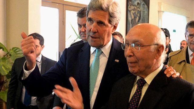 अमरीकी विदेश मंत्री जेम्स केरी पाक प्रधानमंत्री के सलाहकार सरताज़ अजीज के साथ