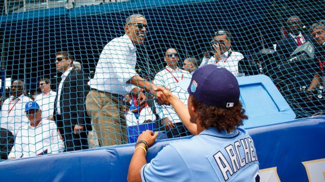 レイズの先発クリス・アーチャー投手と握手するオバマ氏
