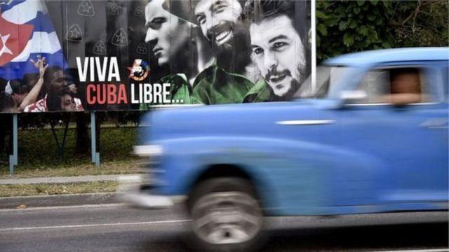 Pancarta en Cuba con la imagen de Che Guevara y el mensaje Viva Cuba Libre...