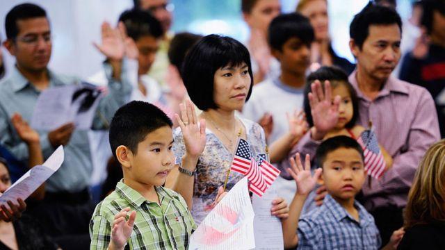 Một gia đình gốc Việt tuyên thệ trong lễ nhận quốc tịch ngày 19/8/2020 tại Los Angeles, California, Hoa Kỳ