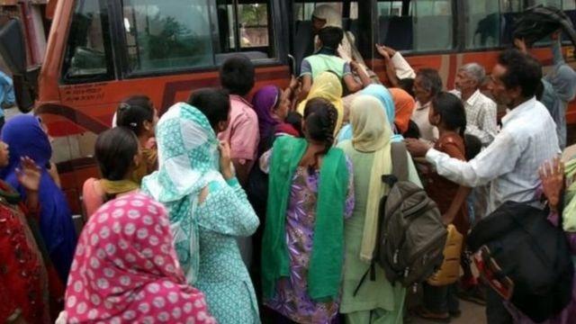 পাকিস্তানের কাশ্মীর সীমান্ত এলাকা থেকে স্থানীয় বাসিন্দারা চলে যাচ্ছেন