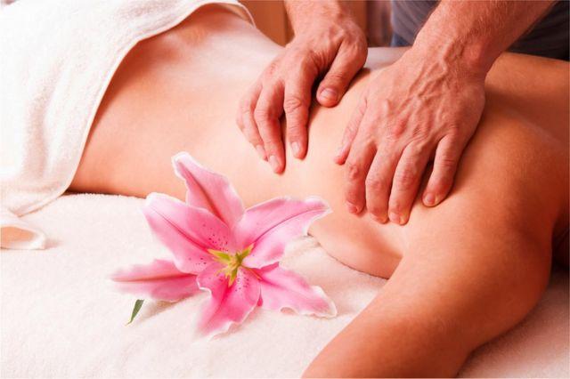 Mujer recibe un masaje.