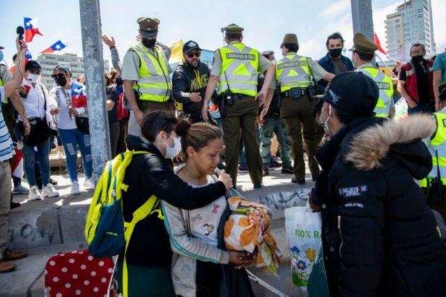 Policia desalojando migrantes