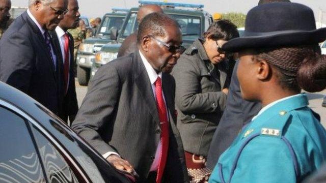 """A 93 ans, Robert Mugabé au pouvoir depuis 37 ans a déclaré la semaine dernière que """"personne ne pourrait le remplacer"""""""