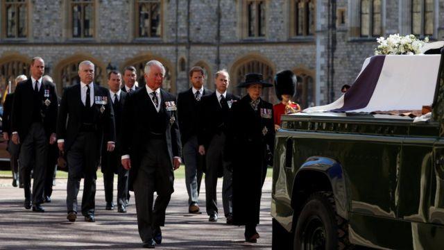 Príncipe Charles, a princesa Anne e membros da Família Real caminham atrás do carro fúnebre do duque no Castelo de Windsor