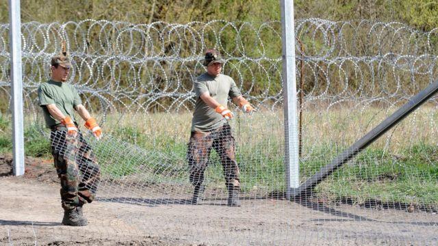 ハンガリー兵士らが国境でフェンスを設置