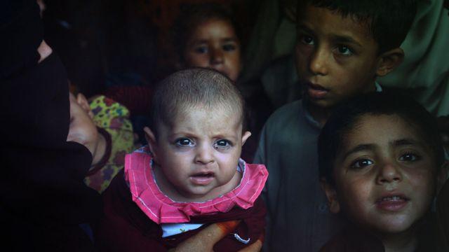 Niños afganos en el centro de repatriación de la ONU en Peshawar