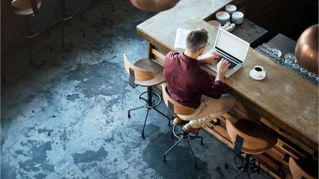 Homem trabalhando em laptop