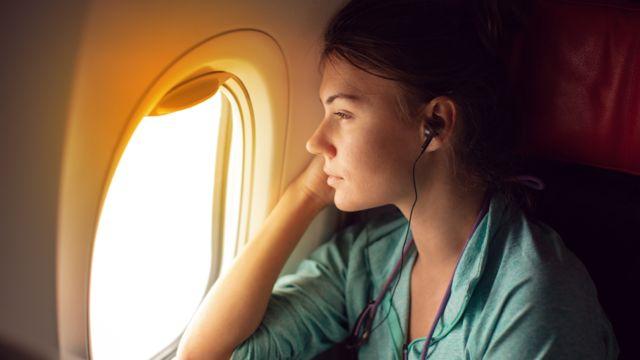 Mujer viajando en avión