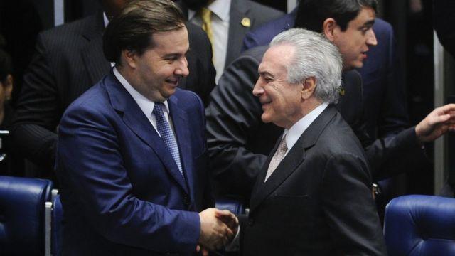 Rodrigo Maia cumprimenta Temer durante sessão solene de posse do presidente no Congresso
