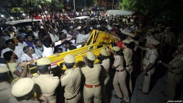चेन्नई में अपोलो अस्पताल के बाहर की दृश्य