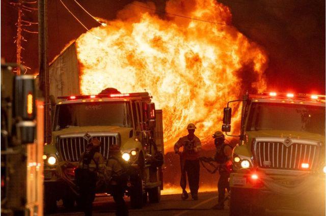 Стена огня в городе Гринвилл, Калифорния