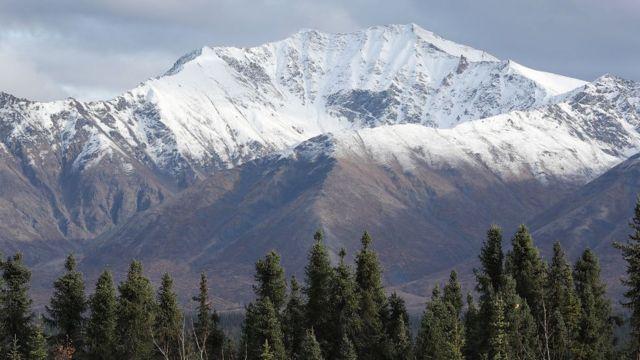 Montanhas nevadas no Alasca