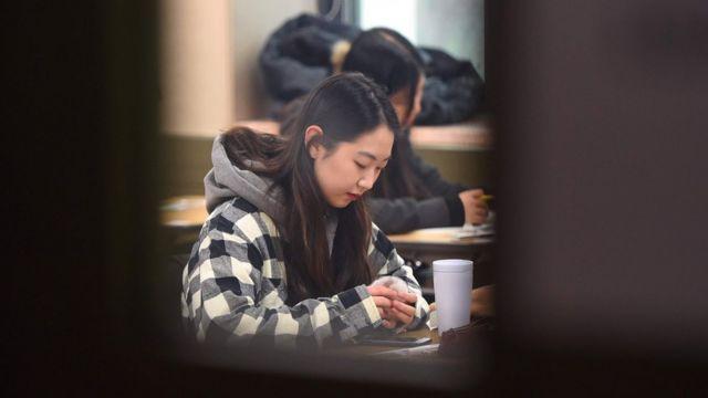 Mujer a punto de dar el examen