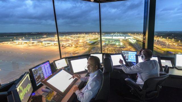 Авиадиспетчеры за работой